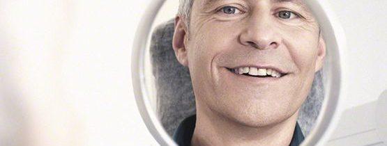 Lächelnder Patient nach Einsatz von Zahnimplantat Zahnimplantate Dortmund